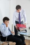 Homens de negócios oprimidos pela carga do trabalho foto de stock