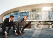 Homens de negócios prontos para começar Competição e desafio no conceito do negócio Fotografia de Stock