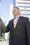 Homens de negócios que agitam as mãos Fotografia de Stock
