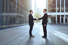 Homens de negócios que agitam as mãos Foto de Stock Royalty Free