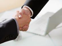 Homens de negócios que agitam as mãos Fotos de Stock