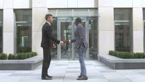 Homens de negócios que agitam as mãos, empresários multirraciais do sucesso video estoque