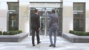 Homens de negócios que agitam as mãos, empresários multirraciais do sucesso, movimento lento vídeos de arquivo