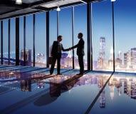 Homens de negócios que agitam as mãos na cidade Fotografia de Stock