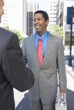 Homens de negócios que agitam a mão com sócio Fotografia de Stock Royalty Free