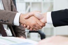 Homens de negócios que agitam o close up das mãos Imagem de Stock Royalty Free