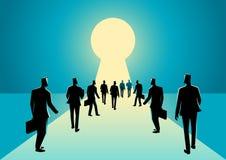 Homens de negócios que andam no buraco da fechadura com luz brilhante ilustração royalty free