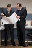 Homens de negócios que colaboram sobre modelos Fotografia de Stock