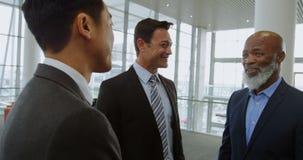 Homens de negócios que discutem no escritório 4k vídeos de arquivo