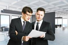 Homens de negócios que discutem o contrato Imagem de Stock Royalty Free