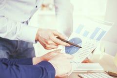 Homens de negócios que discutem o relatório Foto de Stock