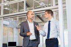 Homens de negócios que discutem o trabalho fotografia de stock royalty free