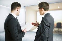 Homens de negócios que discutem termos e condições do contrato Fotografia de Stock Royalty Free