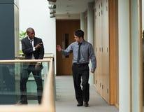 Homens de negócios que dizem adeus em um corredor fotografia de stock royalty free
