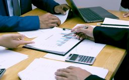 Homens de negócios que encontram colegas para analisar a informação do trabalho para o negócio financeiro fotografia de stock royalty free