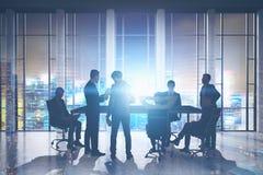 Homens de negócios que encontram-se no arranha-céus Foto de Stock Royalty Free
