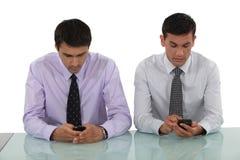 Homens de negócios que enviam mensagens de texto Imagem de Stock Royalty Free