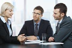 Homens de negócios que escutam a mulher de negócios Imagens de Stock