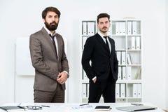 Homens de negócios que estão no escritório fotografia de stock royalty free