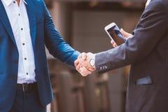 Homens de negócios que fazem o aperto de mão homens de negócios bem sucedidos do conceito Fotos de Stock