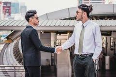 Homens de negócios que fazem o aperto de mão homens de negócios bem sucedidos do conceito Imagem de Stock Royalty Free
