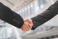 Homens de negócios que fazem o aperto de mão homens de negócios bem sucedidos do conceito Foto de Stock Royalty Free