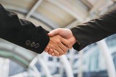 Homens de negócios que fazem o aperto de mão homens de negócios bem sucedidos do conceito Imagens de Stock Royalty Free