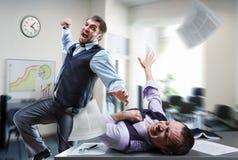 Homens de negócios que lutam no escritório Foto de Stock Royalty Free