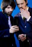 Homens de negócios que olham o telefone Imagens de Stock