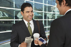 Homens de negócios que têm a ruptura de café Fotografia de Stock Royalty Free