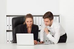 Homens de negócios que trabalham em um escritório Foto de Stock Royalty Free