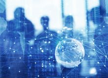 Homens de negócios que trabalham junto no escritório com efeito da conexão de rede global Conceito dos trabalhos de equipa e da p imagens de stock royalty free