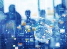 Homens de negócios que trabalham junto no escritório com efeito da conexão de rede global Conceito dos trabalhos de equipa e da p fotos de stock royalty free