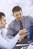 Homens de negócios que trabalham no portátil Foto de Stock
