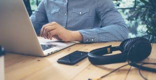 Homens de negócios que trabalham a tabela moderna da madeira do portátil do Desktop Gerente Researching Process Devices do sucess Imagens de Stock Royalty Free