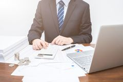 Homens de negócios que usam a calculadora fotos de stock