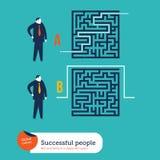 Homens de negócios que usam maneiras diferentes de sair de um labirinto ilustração stock