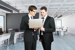 Homens de negócios que usam o portátil Foto de Stock Royalty Free