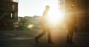 Homens de negócios que vão ao escritório cedo na manhã fotografia de stock