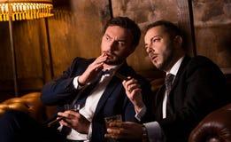 Homens de negócios ricos com charutos Foto de Stock