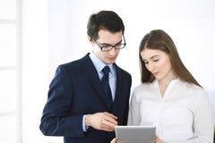 Homens de neg?cios e mulher que usa o tablet pc no escrit?rio moderno Colegas ou gerentes de empresa no local de trabalho s?cios fotos de stock