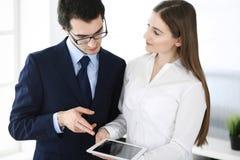 Homens de neg?cios e mulher que usa o tablet pc no escrit?rio moderno Colegas ou gerentes de empresa no local de trabalho s?cios imagem de stock