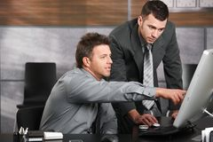 Homens de negócios que trabalham junto Fotografia de Stock Royalty Free
