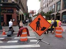 Homens de NYC no sinal do trabalho, Manhattan, New York City, NY, EUA Fotos de Stock
