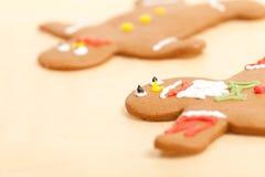 Homens de pão-de-espécie farpados no papel de pergaminho Fotografia de Stock