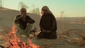 Homens de Sahara perto de um fogo video estoque