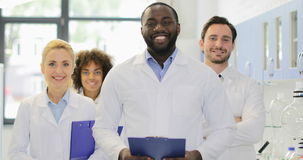 Homens diversos de sorriso felizes e mulheres do laboratório afro-americano de With Team Of Researchers In Modern do cientista video estoque