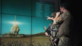 Homens do exército que olham a bomba lançar-se Imagem de Stock