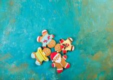 Homens do gengibre com esmalte colorido em um fundo de turquesa Imagens de Stock