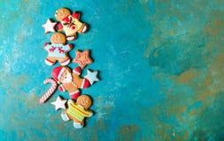 Homens do gengibre com esmalte colorido em um fundo de turquesa Fotos de Stock